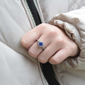 18ct White Gold 0.98ct Sapphire Cluster Ring